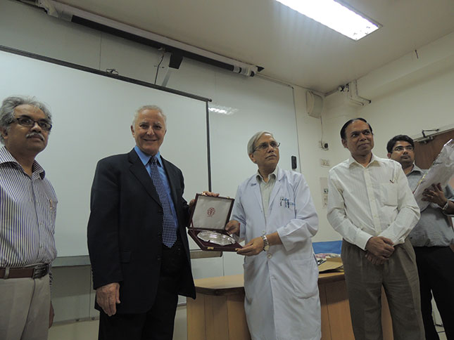 Dr-B-recieving-an-award-from-the-headof-pl-surg-Aimes-hospt-Deli-India